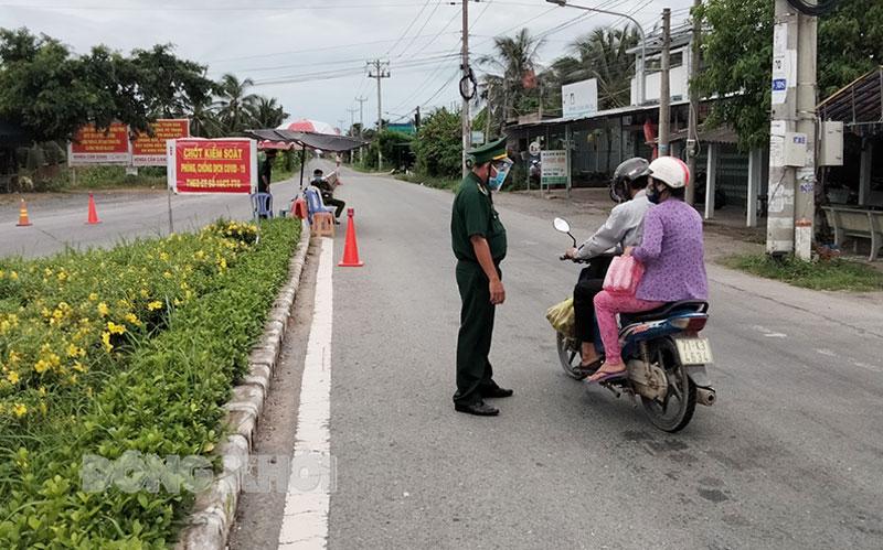 Chốt kiểm soát dịch Covid-19 của huyện Ba Tri trên quốc lộ 57C.