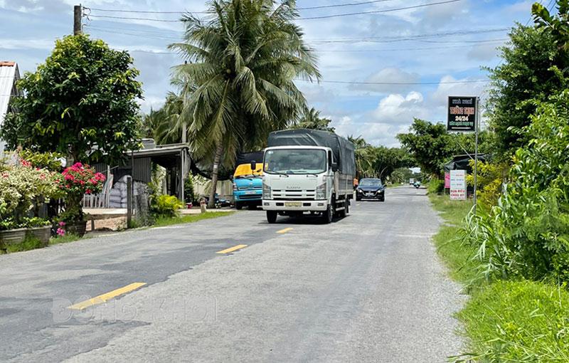 Xe vận chuyển hàng hóa tại địa bàn huyện Thạnh Phú. Ảnh: Cẩm Trúc