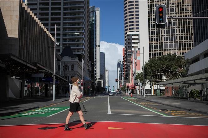 Cảnh vắng vẻ trên đường phố tại Auckland, New Zealand, trong thời gian phong tở phòng dịch COVID-19, ngày 18-8-2021. Ảnh: THX/ TTXVN
