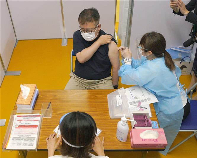 Nhân viên y tế tiêm vaccine phòng COVID-19 cho người dân tại Nagoya, Nhật Bản ngày 5-7-2021. Ảnh: Kyodo/TTXVN