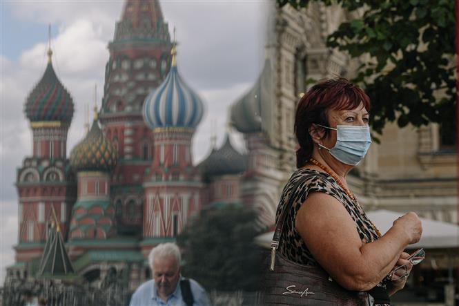 Người dân đeo khẩu trang phòng dịch COVID-19 tại Moskva, Nga, ngày 3-8-2021. Ảnh: THX/ TTXVN