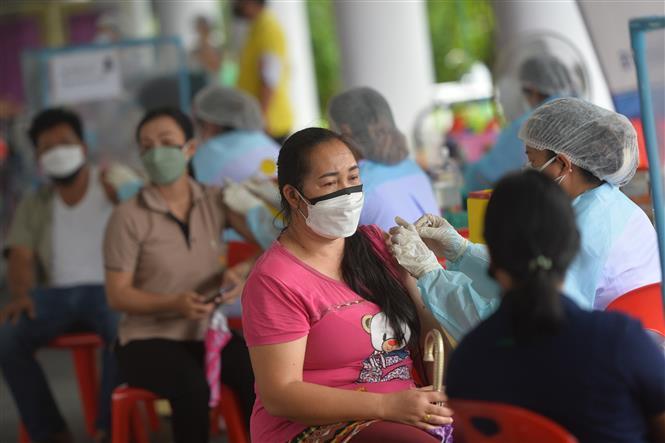 Nhân viên y tế tiêm vaccine ngừa COVID-19 cho người dân tại Bangkok, Thái Lan, ngày 26-8-2021. Ảnh: THX/ TTXVN