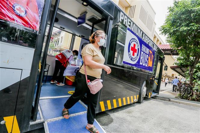 Người dân đeo khẩu trang và tấm chắn giọt bắn để phòng dịch COVID-19 tại Manila, Philippines, ngày 24-8-2021. Ảnh: THX/ TTXVN