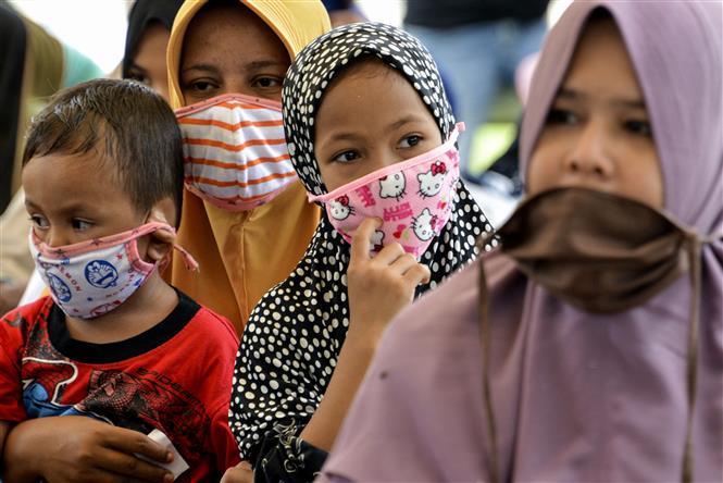 Trẻ em đeo khẩu trang phòng lây nhiễm COVID-19 tại tỉnh Aceh, Indonesia. Ảnh: AFP/TTXVN
