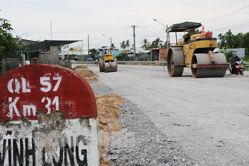 Thi công cải tạo, nâng cấp QL 57 đoạn qua huyện Chợ Lách. Ảnh chụp trước khi giãn cách.