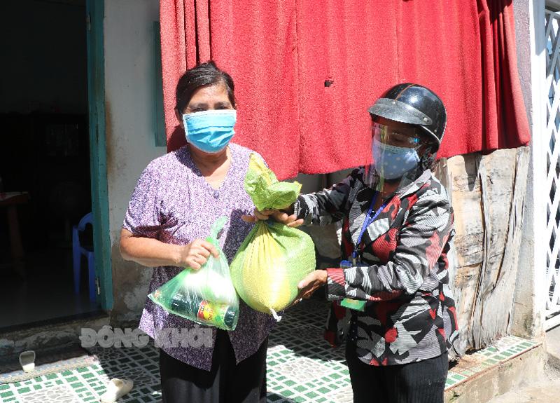 Một hộ cận nghèo trên địa bàn phường An Hội nhận gạo hỗ trợ. Ảnh: T.Thảo.