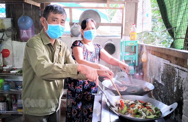 Vợ chồng ông Mười Phính tất bật chuẩn bị bữa ăn.