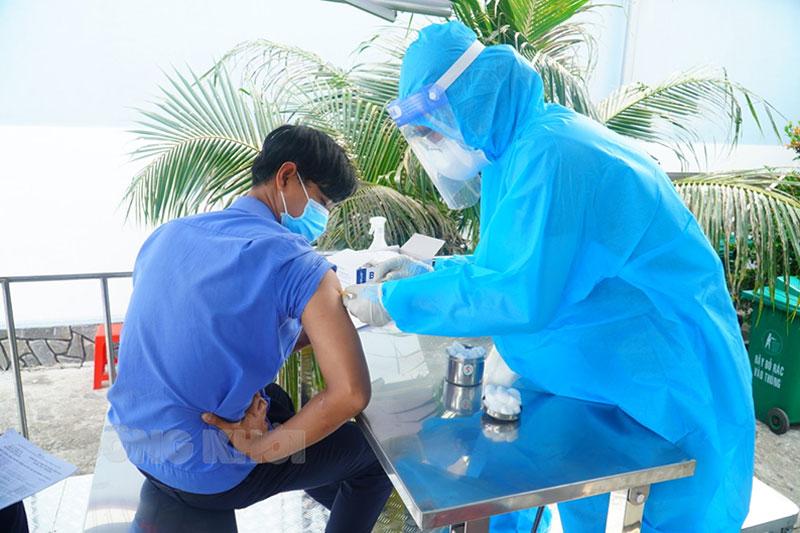 Tiêm vắc-xin phòng Covid-19 cho công nhân Khu công nghiệp An Hiệp. Ảnh: Phan Hân