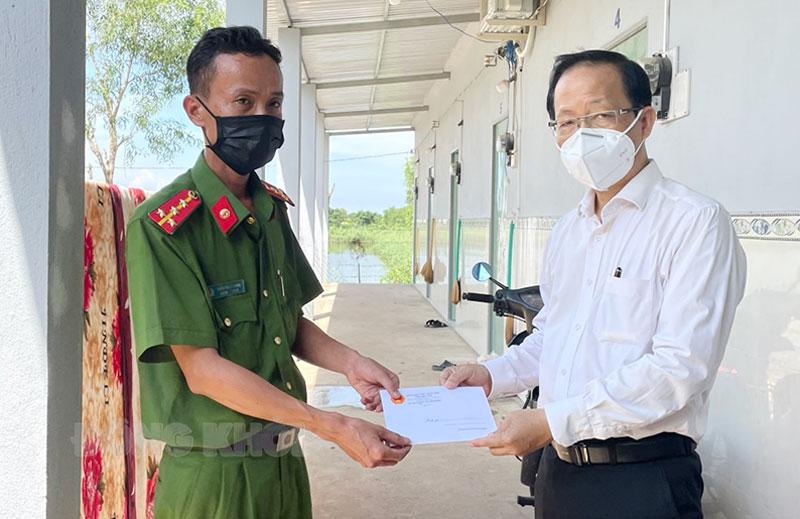 Phó chủ tịch Thường trực UBND tỉnh Nguyễn Trúc Sơn tặng quà cho lực lượng tuyến đầu phòng, chống dịch Covid-19 tại huyện Bình Đại.