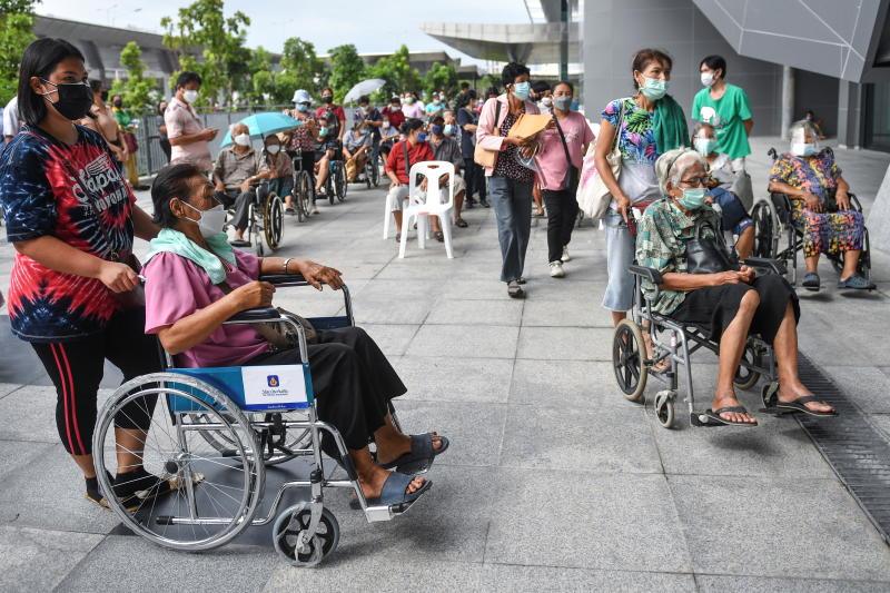 Người dân chờ tiêm vaccine tại trung tâm tiêm chủng ở Bangkok, ngày 23-7-2021. Ảnh: Reuters