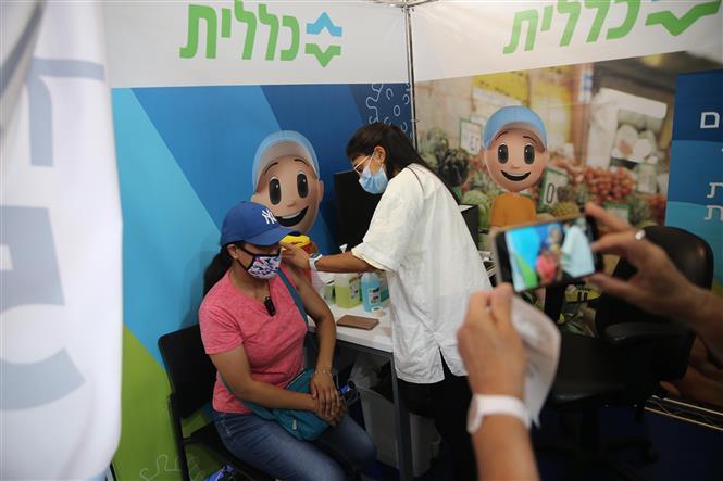 Nhân viên y tế Israel tiêm vaccine ngừa COVID-19 cho người dân tại Jerusalem, ngày 24-8-2021. Ảnh: THX/TTXVN