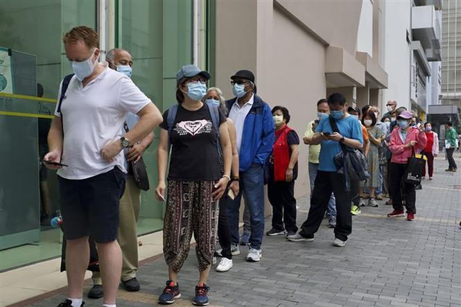 Người dân xếp hàng chờ tiêm vaccine phòng COVID-19 tại Hong Kong, Trung Quốc ngày 6-4-2021. Ảnh: AP/TTXVN