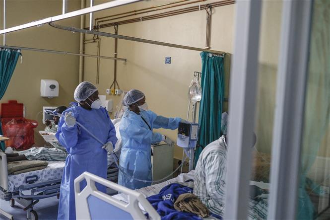 Nhân viên y tế điều trị cho bệnh nhân COVID-19 tại bệnh viện ở Tembisa, Nam Phi, ngày 2-3-2021. Ảnh: AFP/ TTXVN