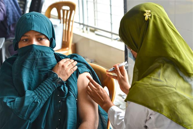Nhân viên y tế tiêm vaccine phòng COVID-19 cho người dân tại Gazipur, ngoại ô Dhaka, Bangladesh, ngày 25-8-2021. Ảnh: THX/ TTXVN