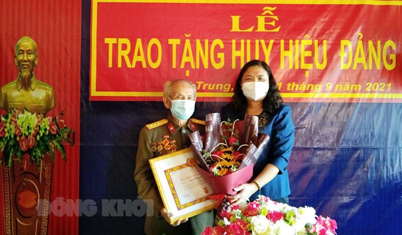 Phó bí thư Thường trực Tỉnh ủy - Chủ tịch HĐND tỉnh trao Huy hiệu Đảng cho đảng viên Nguyễn Thanh Phong. Minh Nhân.