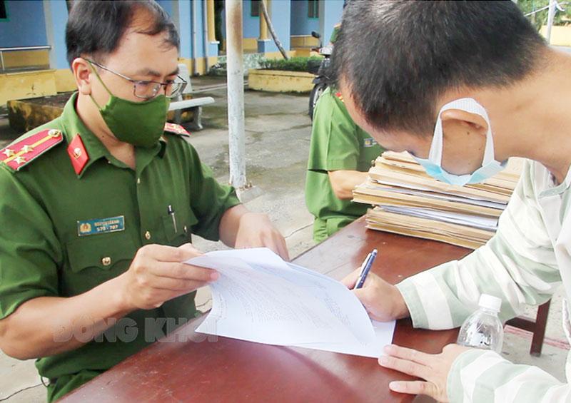 Phạm nhân thực hiện các thủ tục trước khi trở về nơi cư trú.