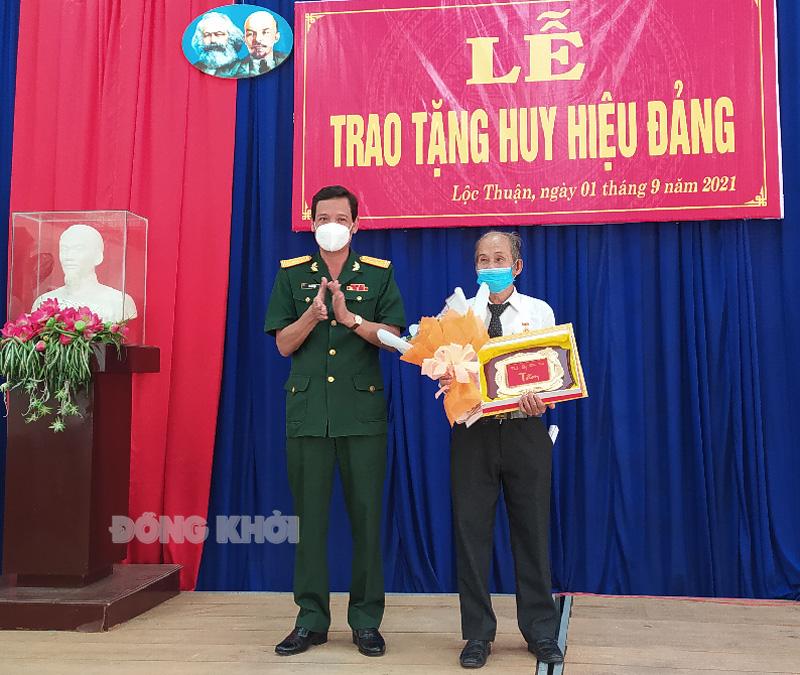 Chỉ huy trưởng Bộ Chỉ huy Quân sự tỉnh Võ Văn Hội trao huy hiệu Đảng cho đảng viên. Ảnh: Sơn Tùng.