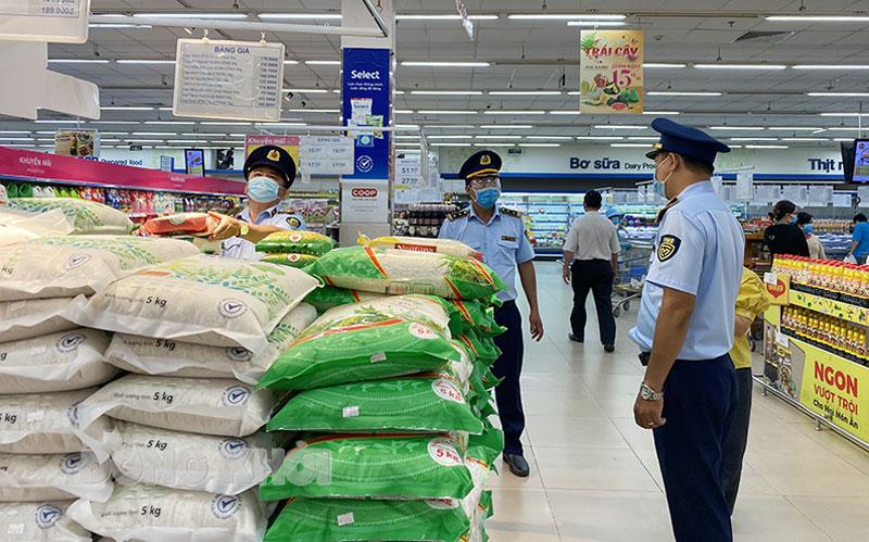 Lực lượng quản lý thị trường kiểm tra hàng hóa tại Siêu thị Co.opmart Bến Tre.