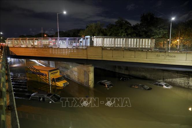 Nước lũ do hoàn lưu bão Ida gây mưa lớn nhấn chìm nhiều tuyến đường và phương tiện giao thông tại New York, Mỹ ngày 2-9-2021. Ảnh: THX/TTXVN