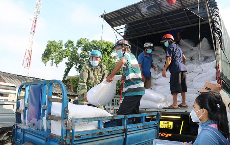 Vận chuyển gạo của Chính phủ hỗ trợ để phát cho người dân.