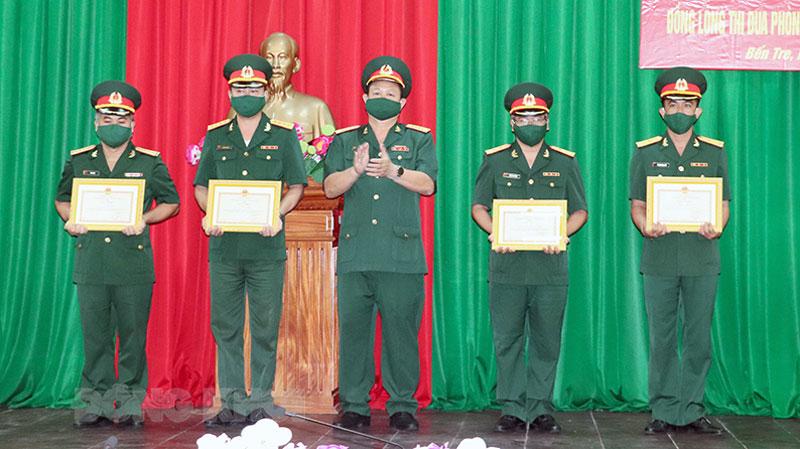 Trao thưởng cho các cán bộ, chiến sĩ trong Lễ phát động phong trào thi đua đặc biệt. Ảnh: Bùi Linh