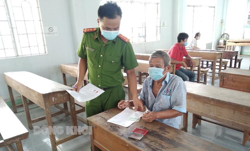 Công an xã Bình Khánh tống đạt và trao quyết định xử phạt 7 đối tượng vi phạm Chỉ thị số 16/CT-TTg.