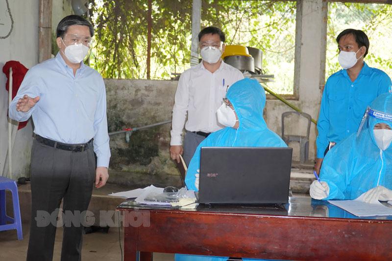 Bí thư Tỉnh ủy Lê Đức Thọ kiểm tra công tác phòng dịch tại xã Phú Phụng (Chợ Lách). Ảnh: Phan Hân