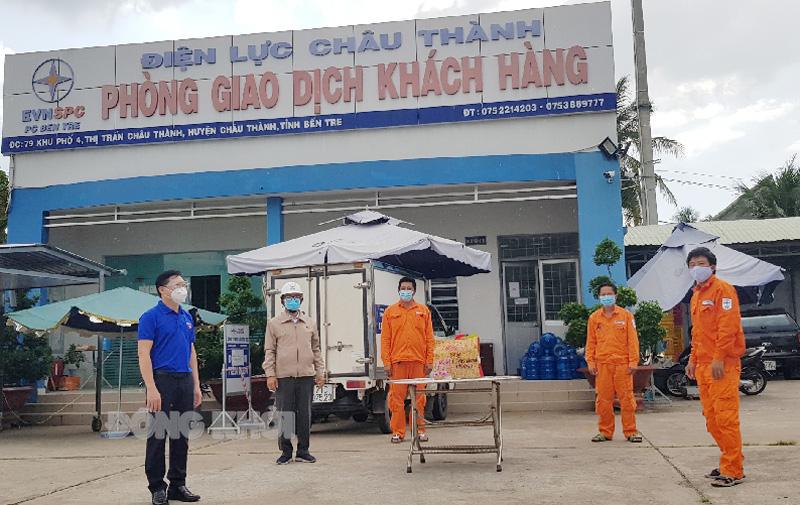 Chủ tịch Công đoàn Nguyễn Trọng Hoàng và Bí thư Đoàn ủy Công ty Trần Quốc Thạnh đến thăm hỏi, tặng quà Đội quản lý vận hành Điện lực Châu Thành.