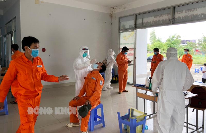 Nhân viên y tế tiến hành lấy mẫu test nhanh cho khối Công nhân trực tiếp