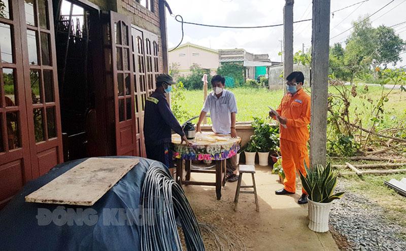 Điện lực Bến Tre phối hợp địa phương hỗ trợ hộ dân có ảnh hưởng do thiên tai tại Ba Tri.