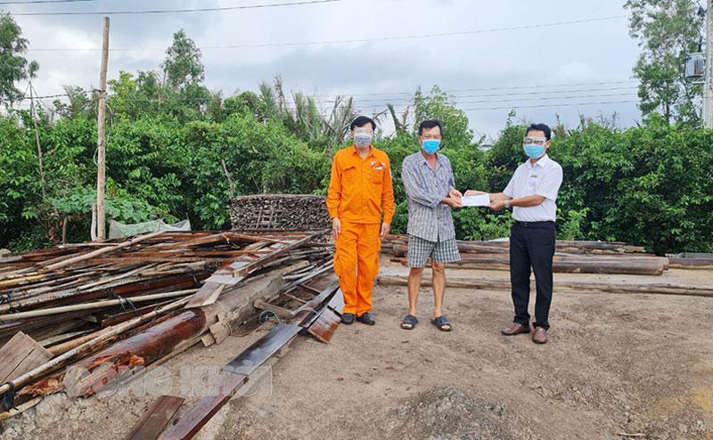 Tặng quà cho hộ dân bị sập nhà do lốc xoáy tại Bình Đại.