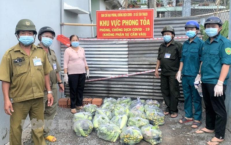 Trưởng ấp Nguyễn Thị Bông và lực lượng trực chuẩn bị rau, củ, quả hỗ trợ cho người dân khu vực cách ly.