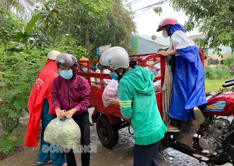 Hội LHPN xã Giao Long vận chuyển hỗ trợ nhu yếu phẩm cho khu phong tỏa, cách ly.