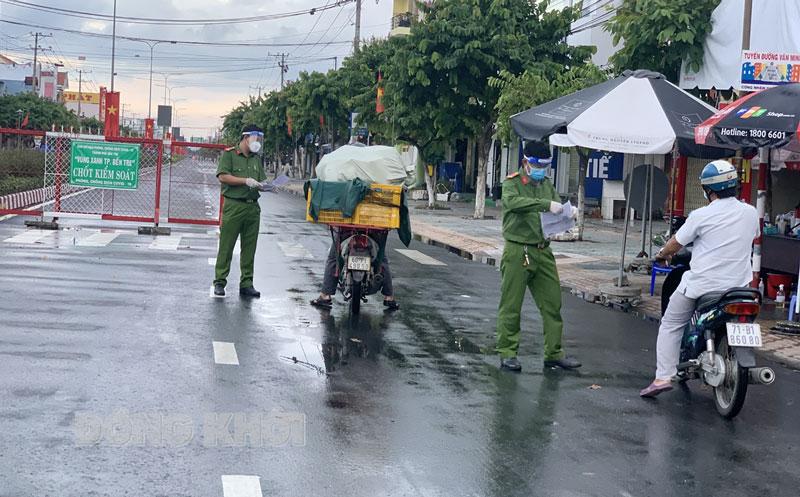Lực lượng Công an làm nhiệm vụ tại chốt kiểm soát vòng xoay Tân Thành, TP. Bến Tre. Ảnh: Thanh Trúc