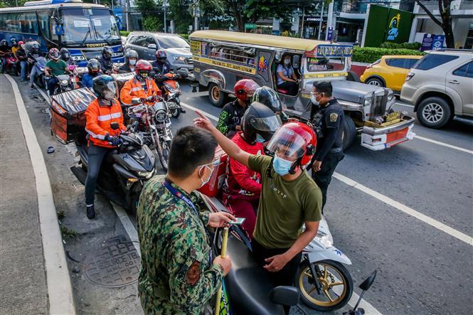 Cảnh sát kiểm tra các phương tiện để phòng dịch COVID-19 tại Quezon, Philippines, ngày 6-8-2021. Ảnh: THX/ TTXVN