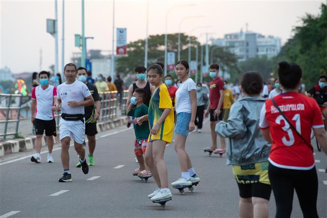 Người dân tập thể dục tại Viêng Chăn, Lào, ngày 5-7-2021. Ảnh: THX/ TTXVN
