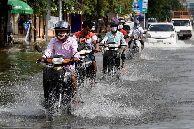 Nhiều tuyến phố bị ngập lụt sau những trận mưa lớn tại tỉnh Kandal, Campuchia, ngày 8-9-2021. Ảnh: AFP/TTXVN