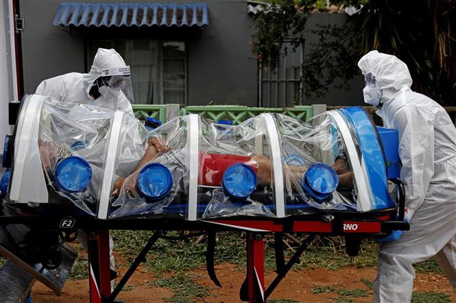 Nhân viên y tế chuyển bệnh nhân COVID-19 tại một bệnh viện ở Pretoria, Nam Phi. Ảnh: AFP/TTXVN