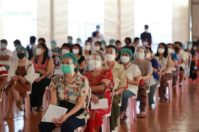 Người dân chờ tiêm vaccine ngừa COVID-19 tại Yangon, Myanmar ngày 1-9-2021. Ảnh: THX/TTXVN