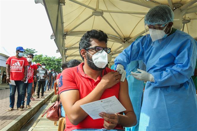 Nhân viên y tế tiêm vaccine phòng COVID-19 cho người dân tại Colombo, Sri Lanka ngày 6-9-2021. Ảnh: THX/TTXVN
