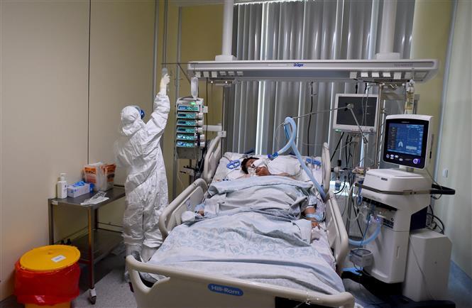Nhân viên y tế điều trị cho bệnh nhân COVID-19 tại bệnh viện Mariinsky ở Saint Petersburg (Nga) ngày 7-7-2021. Ảnh: AFP/TTXVN