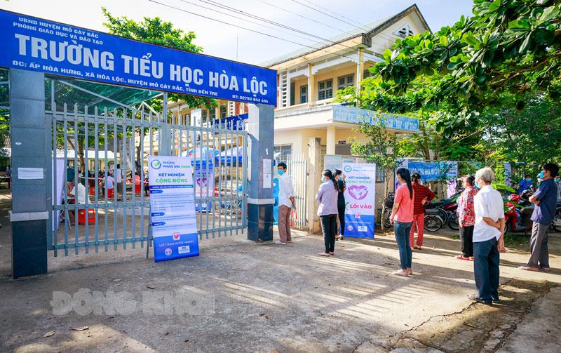 """Người dân xã Hòa Lộc (Mỏ Cày Bắc) tuân thủ """"5K"""" khi tham gia test nhanh. Ảnh: Phan Hân"""