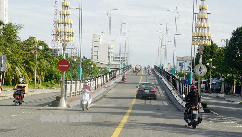 Người dân ra đường khá đông vào sáng ngày 10-9-2021 (ảnh chụp tại cầu Bến Tre 1).