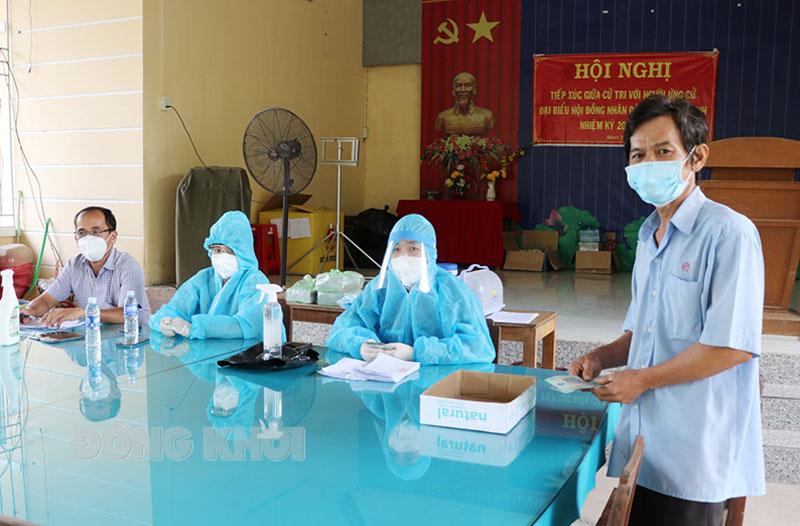 Lao động tự do tại xã Nhơn Thạnh, TP. Bến Tre nhận tiền hỗ trợ.