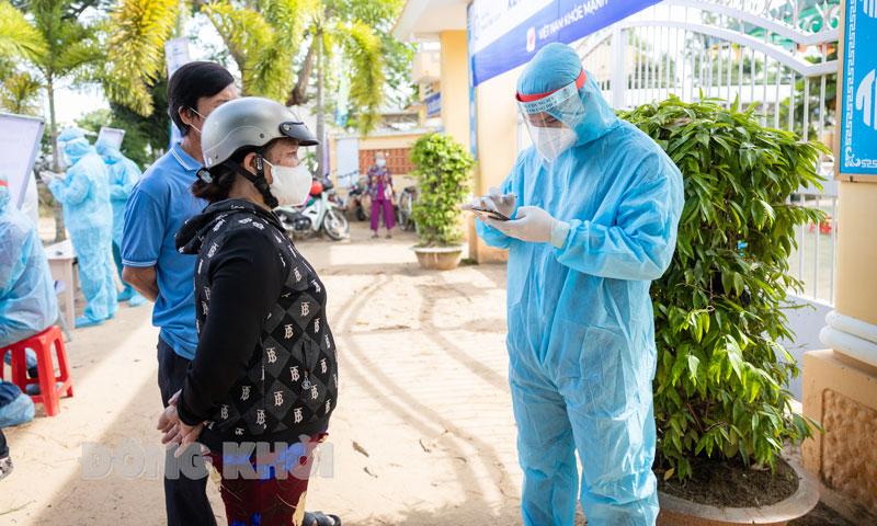 Người dân khai báo y tế qua phần mềm xét nghiệm Covid-19.