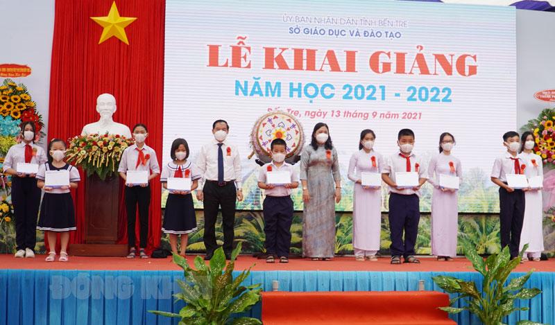 Phó bí thư Thường trực Tỉnh ủy - Chủ tịch HĐND tỉnh Hồ Thị Hoàng Yến, Chủ tịch UBND tỉnh Trần Ngọc Tam tặng học bổng cho học sinh.