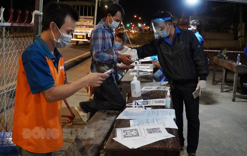 Người dân di chuyển vào tỉnh khai báo tại chốt cầu Rạch Miễu.
