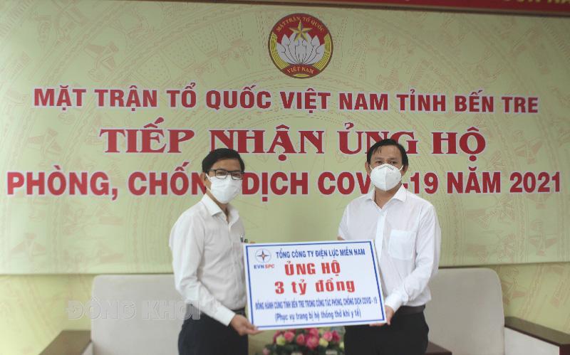 Đại diện Công ty Điện lực tỉnh trao biểu trưng hỗ trợ tiền cho đại diện lãnh đạo Ủy ban MTTQ tỉnh.