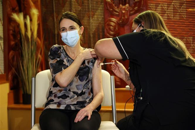 Thủ tướng New Zealand Jacinda Ardern được tiêm vaccine phòng COVID-19 tại Auckland ngày 18-6-2021. Ảnh: AFP/ TTXVN
