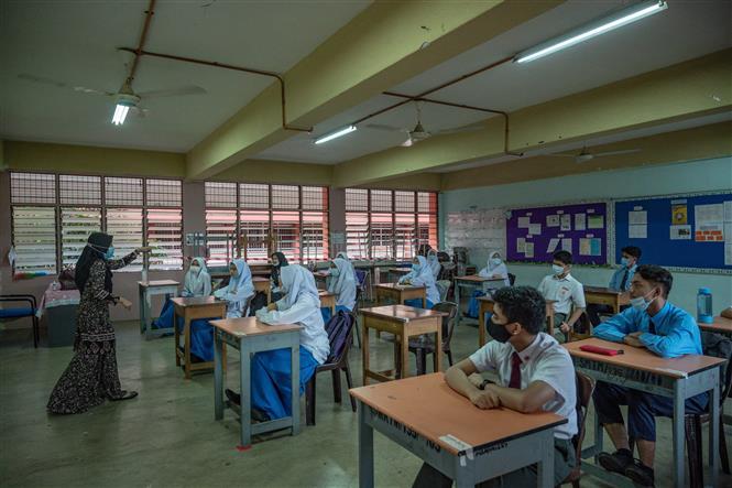 Học sinh đeo khẩu trang nhằm ngăn chặn sự lây lan của dịch COVID-19 tại một trường học ở Kuala Lumpur, Malaysia. Ảnh: AFP/TTXVN